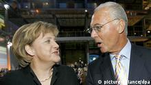Bundeskanzlerin Angela Merkel (CDU) und Fußballidol Franz Beckenbauer sehen sich am Donnerstagabend (02.11.2006) in Berlin zu Beginn des Verleger-Branchentreffs Publishers Night an. Die Veranstaltung findet traditionell am Abend der Tagung des Verbandes der Deutschen Zeitschriftenverleger (VDZ) statt. Merkel wird eine Laudatio auf Beckenbauer, den Träger des VDZ-Ehrenpreises, halten. Foto: Wolfgang Kumm dpa/lbn +++(c) dpa - Bildfunk+++