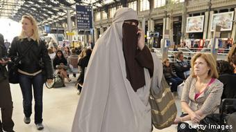 Женщина в никабе на вокзале в Лионе