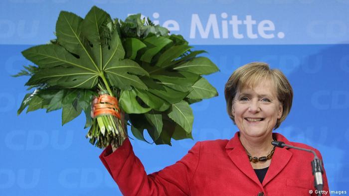 Angela Merkel mit einem Strauß Blumen (Foto: Getty Images)