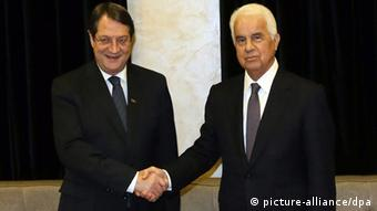 Anastasiades (left) and Eroglu (photo: EPA/CYPRIOT PRESS OFFICE / HANDOUT HANDOUT EDITORIAL USE ONLY/NO SALES +++(c) dpa - Bildfunk)