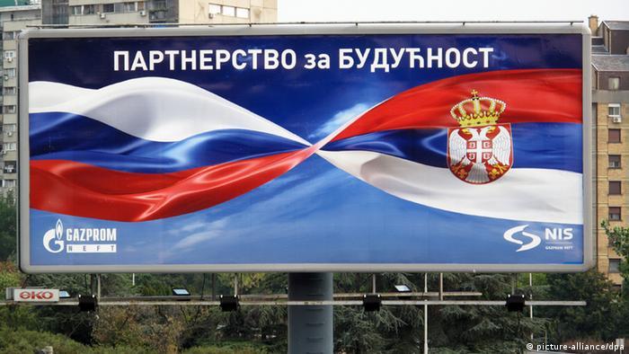 Plakat u Beogradu s logo tipovima Gazproma i NIS-a i naslovom Partnerstvo za budućnost (picture-alliance/dpa)