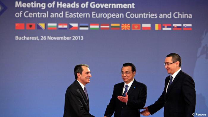 Bulgaria's Prime Minister Plamen Oresharski (L) is welcomed by China's Premier Li Keqiang and Romanian Prime Minister Victor Ponta (R) at the meeting of heads of government from Central and Eastern European countries and China in the lobby of the Parliament building in Bucharest November 26, 2013. REUTERS/Radu Sigheti (ROMANIA - Tags: POLITICS)