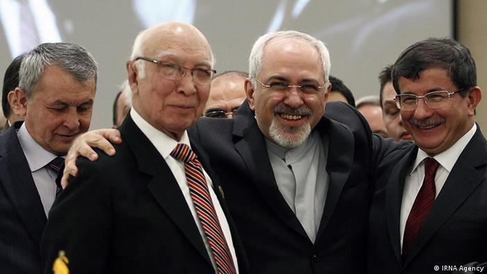 محمد جواد ظریف، وزیر امور خارجه ایران (نفر وسط) در جمع میهمانان نشست اکو در تهران