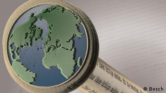 Auf einen Stecknadelkopf wurde mit einem Ultrakurzpulslaser eine Weltkarte geprägt. (Foto: Bosch)