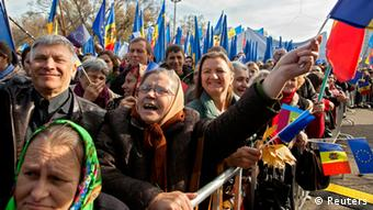 People wave European Union (EU) and Moldavian national flags, and shout slogans, during a pro-EU rally at the Great National Assembly Square in Chisinau (Photo: REUTERS/Viktor Dimitrov)