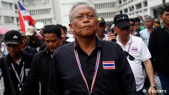 Thailand Antiregierungsproteste in Bangkok Anführer Suthep Thaugsuban - Protest leader and former deputy prime minister Suthep Thaugsuban (C) walks in the Finance Ministry compound after anti-government protesters occupied it, in Bangkok November 26, 2013. (Photo: Reuters)