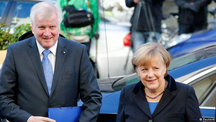 CDU-Chefin Angela Merkel (R) und CSU-Chef Horst Seehofer auf dem Weg in die SPD-Zentrale. Foto: REUTERS/Fabrizio Bensch