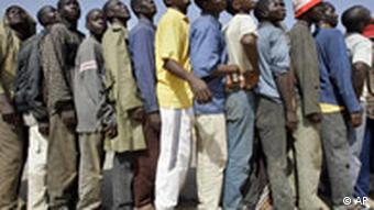 Afrikanische Immigranten stehen in der spanischen Enklave Melilla in Nordafrika für Essen an (Foto: AP/2005)