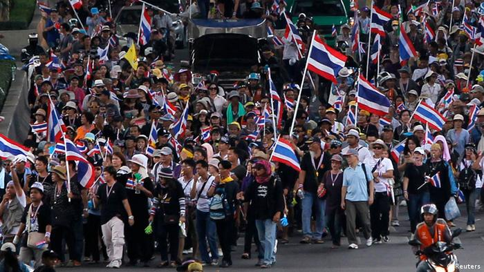 Anti-government protesters march towards Thailand's Industry Ministry in Bangkok November 27, 2013. Thousands of Thai demonstrators marched on Wednesday towards a government office complex they planned to shut down as part of efforts to cripple the government and oust Prime Minister Yingluck Shinawatra. REUTERS/Chaiwat Subprasom (THAILAND - Tags: POLITICS CIVIL UNREST)