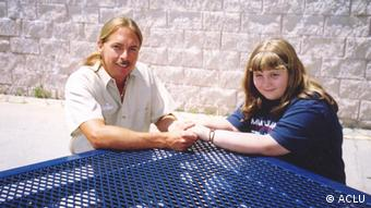 Stichwort: Harte Gefängnisstrafen in den USA für Bagatelldelikte Photo caption from report: Ricky Minor with his daughter, Heather. Now 19, Heather was seven years old when her father was sentenced to life without parole. Copyright: ACLU