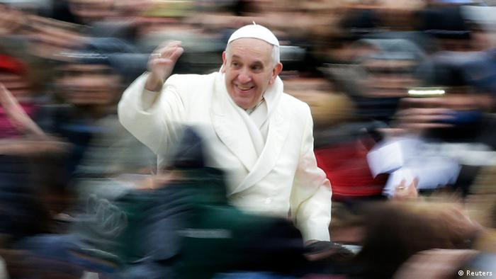 Pope Francis waves as he arrives to conduct his weekly general audience at St. Peter's Square at the Vatican November 27, 2013. REUTERS/Max Rossi (VATICAN - Tags: RELIGION TPX IMAGES OF THE DAY)