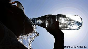 A young woman drinks from a mineral water bottle (Photo: dpa)