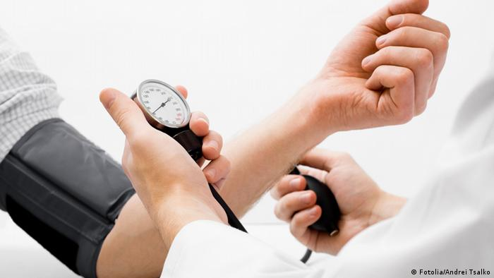 A doctor taking a patient's blood pressure (Fotolia/Andrei Tsalko)