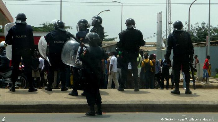 Polícia angolana e manifestantes durante um protesto realizado em 2013 contra as mortes de dois ativistas anti-governo, em 2012
