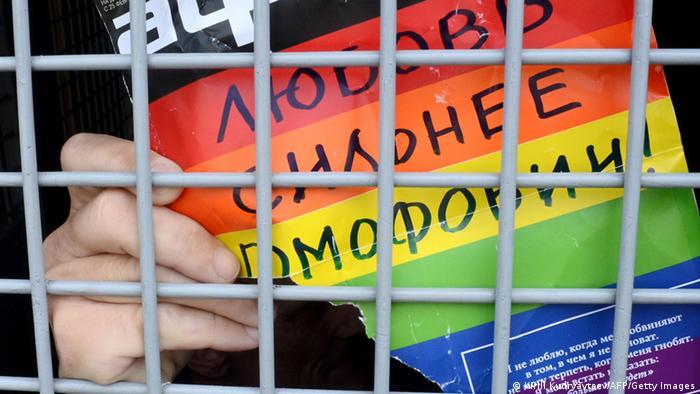 Плакат с надписью Дюбовь сильнее гомофобии
