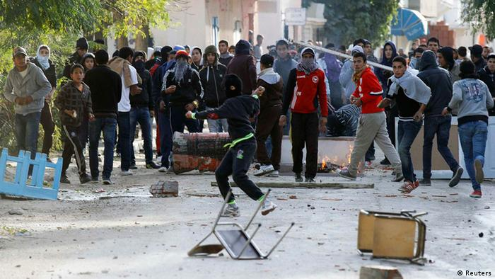 Protesters clash with police in Siliana, 130 km (81 miles) southwest of capital Tunis, November 27, 2013, Photo: REUTERS/Anis Mili