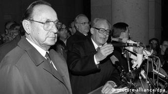 Willy Brandt (Mi.) am Rednerpult zwischen Außenminister Hans-Dietrich Genscher und Kanzler Helmut Kohl (Foto: dpa)
