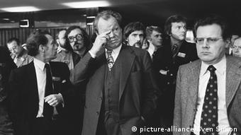 Willy Brandt (Mi.) mit Günter Guillaume (Foto: Picture alliance/Sven Simon)