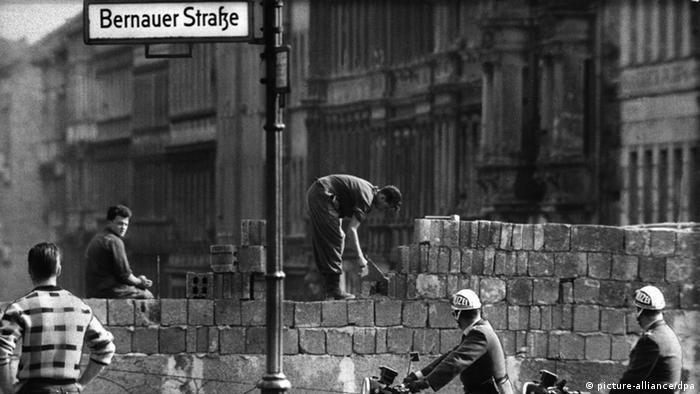 100 Jahre Willy Brandt Mauerbau Bernauer Straße 1961 (picture-alliance/dpa)