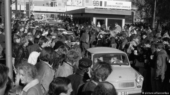 Трабантът е нещо като източната костенурка - автомобил за масово ползване с ниски производствени разходи и купе от пластмаса. Автомобилът добива истинска популярност в нощта, когато пада Берлинската стена. Ликуващи граждани на ГДР пресичат тогава със своите Трабанти границата с ФРГ (снимката е от легендарния пропускателен пункт Чекпойнт Чарли в Берлин).