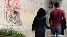Titel: Liebe Bildbeschreibung: Handhalten, ein junges Paar in Shiraz, bekannt als Stadt der Liebe im Iran. Stichwörter: Iran, KW48, Liebe, Paar Quelle: Shiraznama.ir Lizenz: Frei