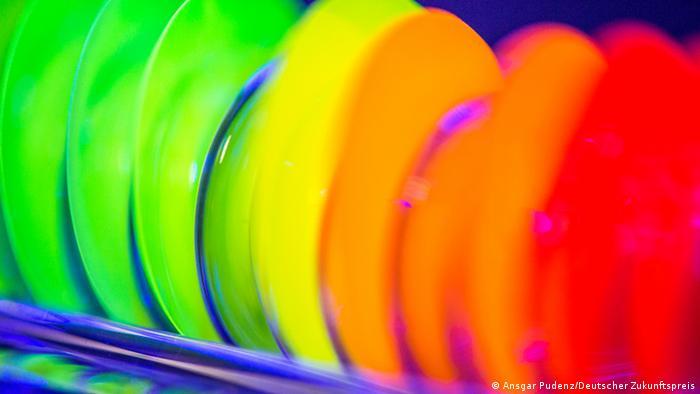 Luminescent silicon nitride sheets (Photo: Ansgar Pudenz/ Deutscher Zukunftspreis) Bilder von der Presseseite des Deutschen Zukunftspreises http://presseservice.deutscher-zukunftspreis.de/download/jahrgaenge/2013/team3