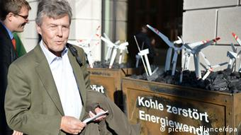 Josef Göppel (CSU), energy expert walking past Greenpeace demonstrators (Photo: Bernd von Jutrczenka/dpa)