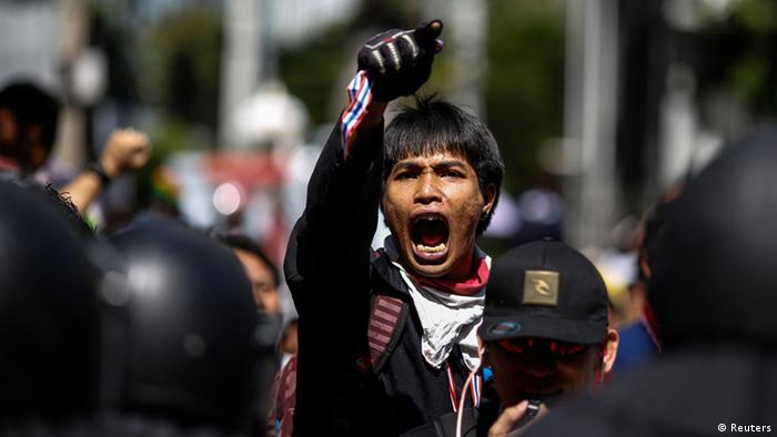 An anti-government protester shouts slogans outside the headquarters of the ruling Puea Thai Party of Prime Minister Yingluck Shinawatra in Bangkok November 29, 2013. REUTERS/Athit Perawongmetha