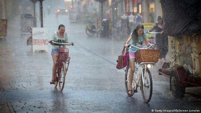 Straßenszene Niederlande im Regen