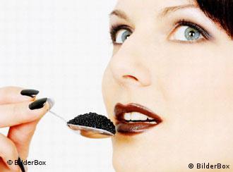 Женщина с ложкой черной икры