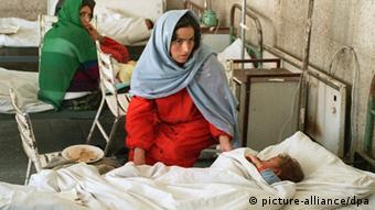 Mothers taking over care of their own children in the hospital during the civil war in Afghanistan (photo: picture alliance/dpa)
