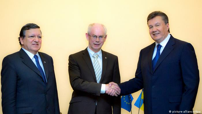 ITAR-TASS: VILNIUS, LITHUANIA. NOVEMBER 28, 2013. Ukrainian President Viktor Yanukovich meets for talks with President of the Council of Europe Herman van Rompuy and European Commission President Jose Manuel Barroso (from R) in Vilnius. (Photo ITAR-TASS / Mikhail Markiv) pixel