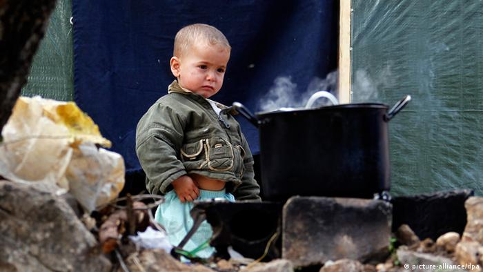 - A Syrian refugee child stands next to a cooking pan at the Syrian refugee camp in Ketermaya village, near Sidon, southern Lebanon, 26 November 2013. The camp hosts a majority of Syrian refugees from Aleppo and al Ghouta in Rural Damascus all living in makeshift shelters. EPA/NABIL MOUNZER/dpa (zu dpa UN-Flüchtlingskommissariat: Hälfte der syrischen Flüchtlinge Kinder vom 29.11.2013) +++(c) dpa - Bildfunk+++ pixel