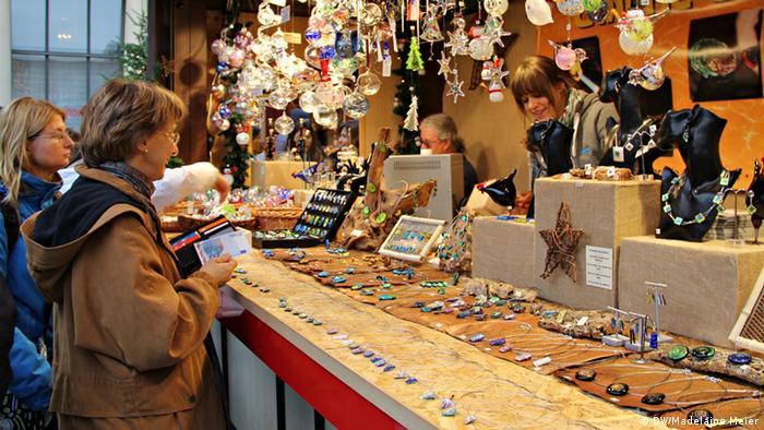 Stand mit Glaskunst auf dem Weihnachtsmarkt