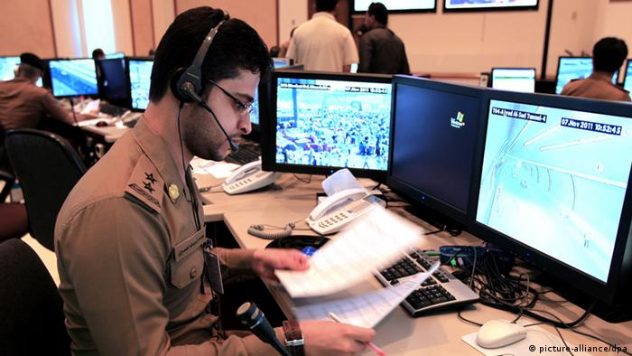 epa02995639 Saudi police officers monitor screens and data on crowds of Muslim pilgrims_ movements during the Hajj 2011, at the Command and Control Center in Mina, near Mecca, Saudi Arabia, 07 November 2011. Millions of Muslims arrived in Saudi Arabia to perform their Hajj. The Hajj 2011 takes place from 04 to 09 November. EPA/AMEL PAIN +++(c) dpa - Bildfunk+++