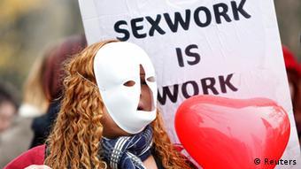 Проститутки в Париже требуют легализовать сексуальные услуги