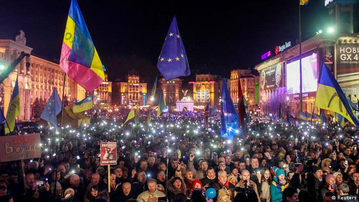 Protesters hold up their mobile phones as they attend a demonstration in support of EU integration at Independence Square in Kiev November 29, 2013. Ukrainian President Viktor Yanukovich's decision to walk away from a deal that would have aligned his former Soviet republic more closely with the European Union sparked both anger and applause on the streets of Kiev on Friday. A sea of blue and gold, the colours of both the EU and Ukrainian flags, swept through the capital as people joined rival protests - one to celebrate closer ties with Russia, another to lament what they saw as a lost chance. REUTERS/Gleb Garanich (UKRAINE - Tags: CIVIL UNREST POLITICS TPX IMAGES OF THE DAY)