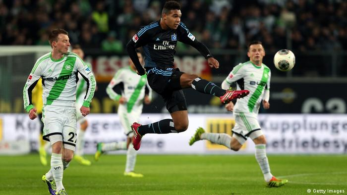 Jonathan Tah (C) of Hamburg controls the ball during the Bundesliga match between VfL Wolfsburg and Hamburger SV at Volkswagen Arena on November 29, 2013 in Wolfsburg, Germany. (Photo: Ronny Hartmann/Bongarts/Getty Images)