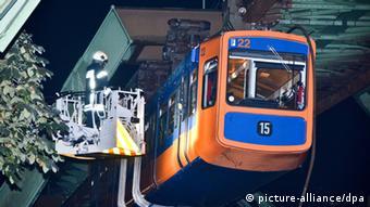 Feuerwehrleute retten Fahrgäste aus der Wuppertaler Schwebebahn (Foto:dpa)