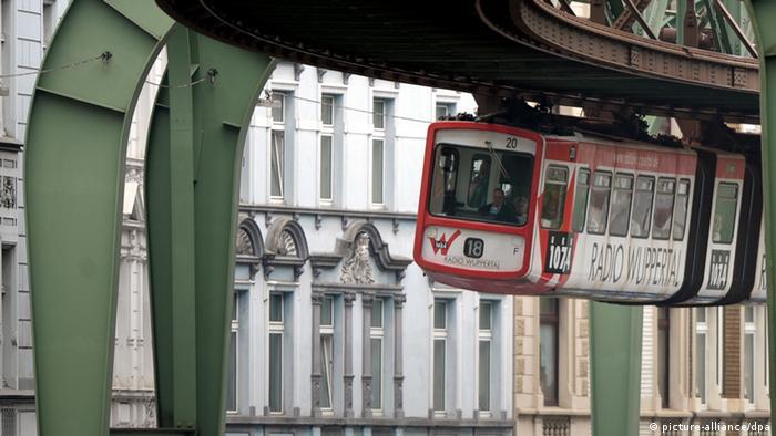 Eine Schwebebahn fährt am durch Wuppertal (Foto: dpa)