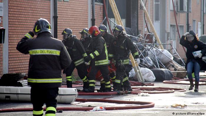 Italian firefighters try to extinguish the fire which flared up following an explosion in an oil mill in Campello sul Clitunno, in the province of Perugia, on Saturday 25 November 2006. Four maintenance workers were killed and one was injured Saturday in two explosions at an olive oil factory near the central Italian city of Perugia, the Ansa news agency reported. It was believed that sparks from soldering work on a silo led to the first explosion on Saturday afternoon at the Umbria Olii factory. Subsequently, a second silo containing 10,000 litres of olive oil also exploded. EPA/HENRY +++(c) dpa - Bildfunk+++