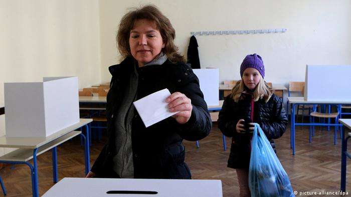 epa03972392 A mother accompanied by her daughter casts her vote in a ballot box at a polling station in Zagreb, 01 December 2013 during the national referendum which is asking Croats to constitutionally define marriage as a union between a man and woman, preventing the possibility of same sex marriages. EPA/ANTONIO BAT +++(c) dpa - Bildfunk+++