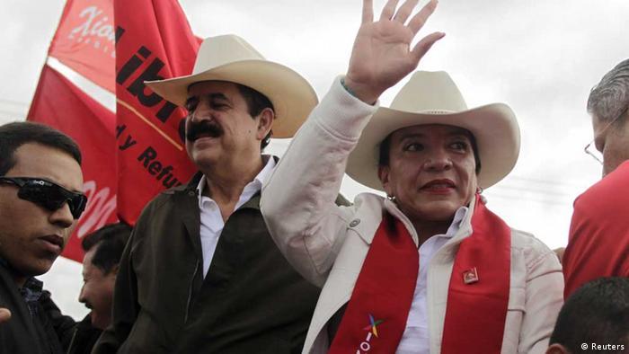 Foto de Manuel Zelaya y su esposa Xiomara Castro en una concentración.