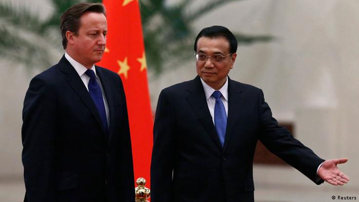 Chinese Premier Li Keqiang (R) shows the way for British Prime Minister David Cameron during an official welcoming ceremony at the Great Hall of the People in Beijing December 2, 2013. REUTERS/Petar Kujundzic (CHINA - Tags: POLITICS)