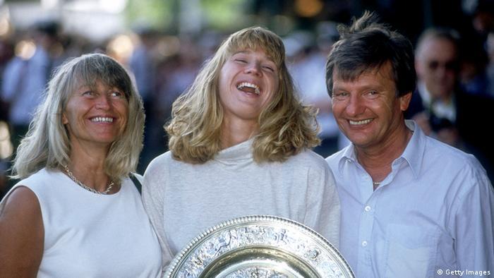 Steffi Graf con sus padres en 2004 en Wimbledon.