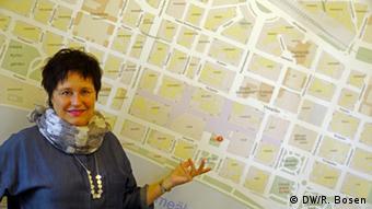 Olofsson vor einem Stadtplan an der Wand (Foto: Ralf Bosen/DW)