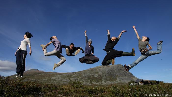 Sechs Tänzer springen in die Luft (Foto: Tien Din, Umea Kulturhauptstadt 2014)