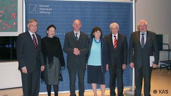 Festakt für Reiner Kunze zu seinem 80. Geburtstag. Kunze inmitten von Gästen und Rednern (Foto Adenauer Stiftung)