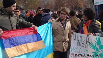 Участники акции протеста в Ереване в украинским и армянским флагами