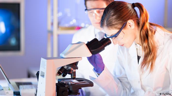 Исследователи в лаборатории